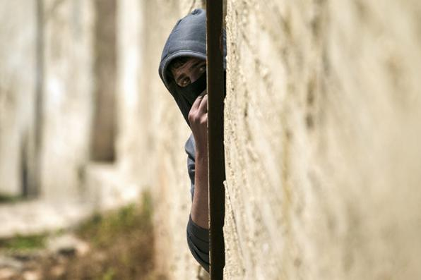 Um manifestante palestino durante os confrontos com as forças de segurança israelenses após uma manifestação semanal contra a expropriação de terras palestinas por Israel na aldeia de Kfar Qaddum. FOTO: JAAFAR ASHTIYEH/ AFP. -