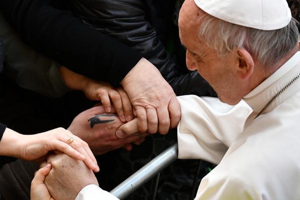 Papa Francis aperta a mão durante um encontro com pessoas afetadas pelo terremoto em 2 de abril de 2017 em Mirandola, no norte da Itália. A cidade de Mirandola foi atingida por um terremoto de 5,8 em 2012. / AFP PHOTO / Vincenzo PINTO - AFP PHOTO / Vincenzo PINTO