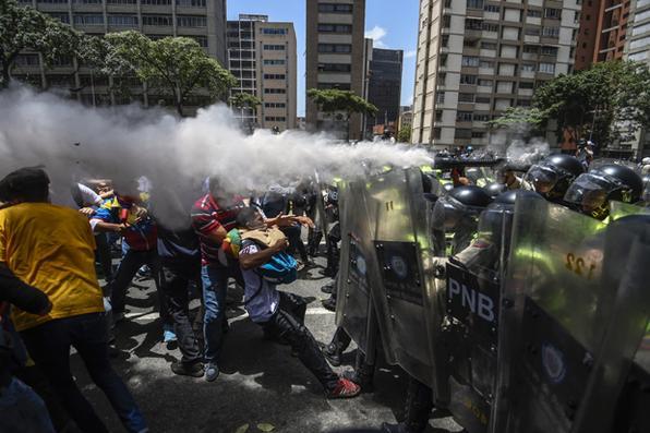 Manifestantes entraram em confronto com a polícia na Venezuela , quando a oposição se mobilizou contra as medidas para apertar o poder do presidente Nicolas  Maduro . Foto:   AFP FOTO / JUAN BARRETO -