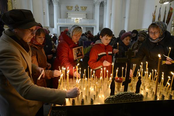 A Rússia sonda  motivos  do suposto bombardeio no metrô de São Petersburgo, que matou 14 pessoas, enquanto a cidade em luto chora seus mortos. Foto:  AFP PHOTO / Olga MALTSEVA -
