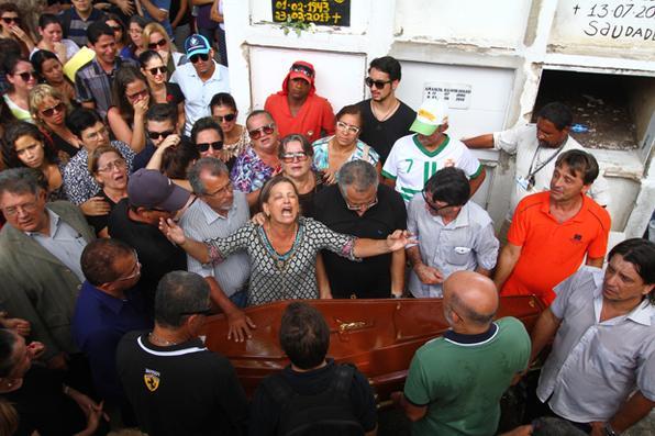Familiares e amigos se despedem de fisioterapeuta Tássia Mirella Sena de Araújo, no Cemitério de Santo Amaro. Foto: Peu Ricardo/Esp. DP -