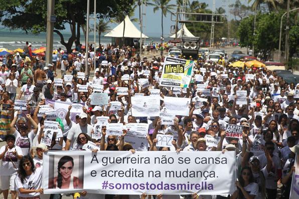 Parentes e amigos  da fisioterapeuta Mirella Sena protestam em Boa Viagem.  Foto: Julio Jacobina/DP -