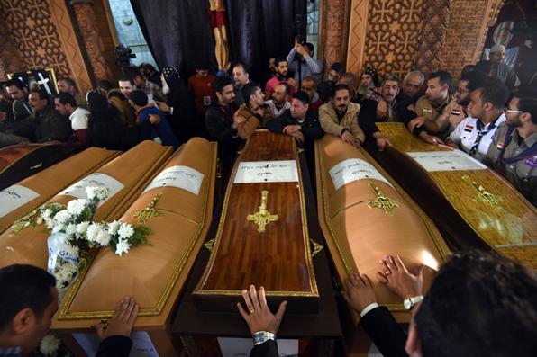 Parentes rezam ao lado de caixões das vítimas da explosão no Saint Mark's,  igreja em Alexandria, no Egito, que teve ataques terroristas.   AFP PHOTO / Mohamed el-SHAHED - AFP PHOTO / Mohamed el-SHAHED