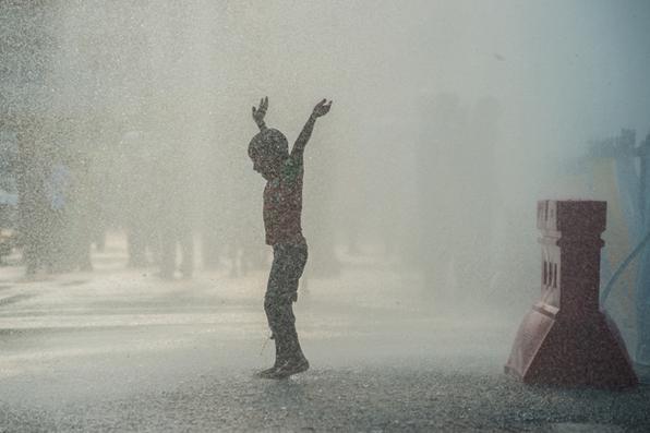 Um menino brinca com água  durante um teste feito pelas autoridades na véspera do festival da água chamado de  Thingyan. Para os budistas, a água purifica os pecados e traz renovação para o novo ciclo. Foto:  AFP PHOTO / ROBERTO SCHMIDT -