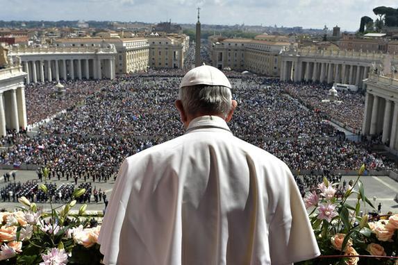 """FOTOS DO DIA ( Papa Francisco durante a bênção """"Urbi et Orbi"""", após a missa do Domingo de Páscoa no Vaticano. Foto: OSSERVATORE ROMANO / AFP.)"""