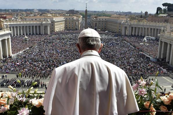 Papa Francisco durante a bênção ''Urbi et Orbi'', após a missa do Domingo de Páscoa no Vaticano. Foto: OSSERVATORE ROMANO / AFP. -