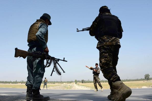 Pessoal de segurança afegão está de guarda em um posto de controle nos arredores de Jalalabad. Duas tropas norte-americanas foram mortas e uma foi ferida enquanto lutava contra uma filial do grupo islâmico na Província de Nangarhar no Afeganistão. AFP PHOTO / NOORULLAH SHIRZADA - AFP PHOTO / NOORULLAH SHIRZADA