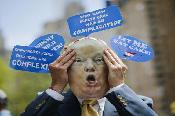 FOTOS DO DIA (Ativistas protestam contra Trump no seu centésimo dia de governo. Foto: Eduardo Munoz Alvarez / Getty Images / AFP)