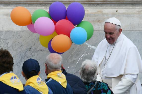 FOTOS DO DIA (Papa Francisco cumprimenta membros da Ação Católica Italiana no final de uma audiência na Praça de São Pedro. Foto:  AFP PHOTO / Vincenzo PINTO)