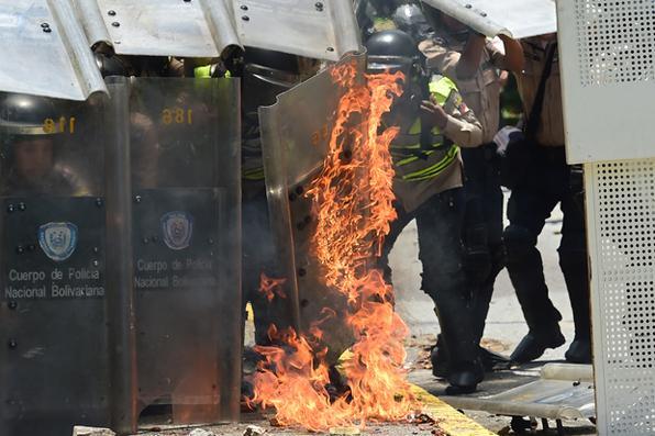 Os protestos anti-governo continuam na Venezuela , quando os estudantes lançaram  novas marchas depois de um dia de chamas e gás lacrimogêneo elevar o número de mortos a 33 . Foto: AFP PHOTO / RONALDO SCHEMIDT -
