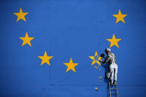 Uma pintura recentemente pintada pelo artista britânico Banksy do graffiti, descrevendo um trabalhador afastado uma das estrelas em uma bandeira temático da União Europeia (EU), é retratada em Dover, Inglaterra. Foto: DANIEL LEAL-OLIVAS/ AFP. -