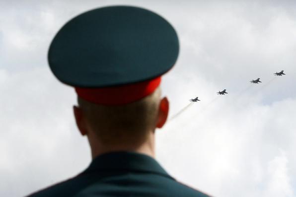 Aviões militares do russo voam sobre o quadrado de Dvortsovaya durante a parada militar do dia da vitória em St Petersburg. Foto: OLGA MALTSEVA / AFP. -