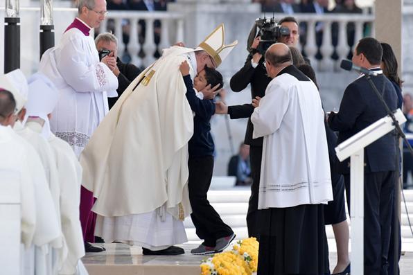 Papa Francisco abraça o menino Lucas Batista para celebrar uma missa solene ao ar livre para canonizar os irmãos pastorinhos Jacinta e Francisco Marto, no Santuário de Nossa Senhora de Fátima, na cidade de Fátima, em Portugal. Foto: TIZIANA FABI / AFP / ESTADÃO CONTEÚDO. -