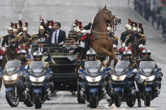 FOTOS DO DIA (O novo presidente francês Emmanuel Macron desfila em um carro na avenida dos campeões Elysees após sua cerimónia formal da inauguração como o presidente francês, em Paris. / AFP FOTO / PISCINA / Michel Euler.)