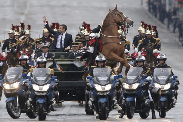 O novo presidente francês Emmanuel Macron desfila em um carro na avenida dos campeões Elysees após sua cerimónia formal da inauguração como o presidente francês, em Paris.  Foto: AFP FOTO / PISCINA / Michel Euler. -