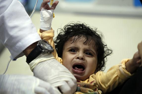 FOTOS DO DIA (Criança iemenita, suspeita de estar infectada com cólera, recebe tratamento em um hospital de Sanaa. Foto: AFP PHOTO / Mohammed HUWAIS)