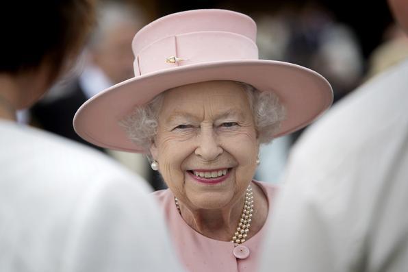 A rainha Elizabeth II de Grâ Bretanha cumprimenta convidados em uma festa de jardim no Buckingham Palace em Londres. Foto: AFP PHOTO / POOL / Victoria Jones. -