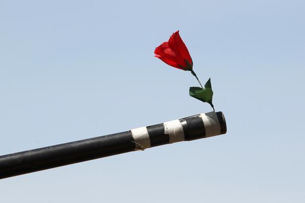Uma flor é vista na extremidade da arma de um veículo conduzido por membro dos serviços  contra-terrorismo no Iraque (CTS) . Foto: AFP PHOTO / AHMAD AL-RUBAYE -