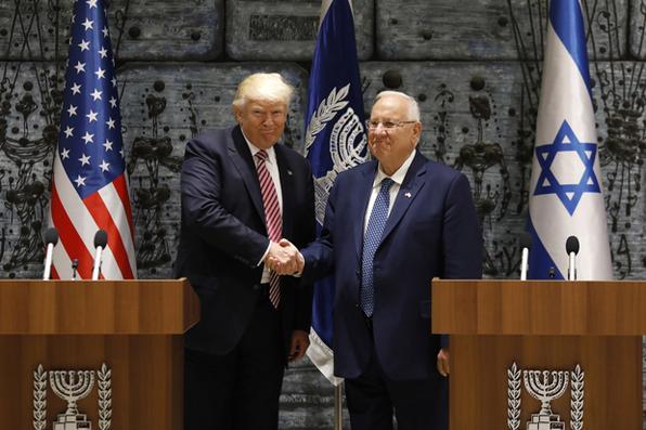 O presidente dos EUA, Donald Trump, aperta a mão do presidente israelense, Reuven Rivlin, depois de assinar o livro de visitas na Residência do Presidente, em Jerusalém.  AFP PHOTO / GALI TIBBON - AFP PHOTO / GALI TIBBON