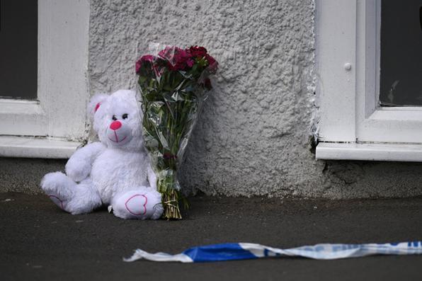 Tributo floral e um urso de pelúcia são retratados ao lado da fita da polícia perto da arena de Manchester, em Manchester, noroeste Inglaterra, após um ataque terrorista mortal no concerto de Ariana Grande na arena de Manchester a noite antes. Foto: AFP PHOTO / Oli SCARFF. -