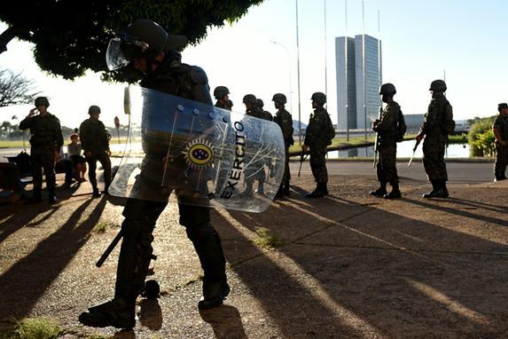FOTOS DO DIA (Soldados brasileiros desembarcaram para defender edifícios governamentais na capital Brasília, depois que manifestantes exigiram a saída do presidente Michel Temer. Foto: AFP PHOTO / EVARISTO SA. )
