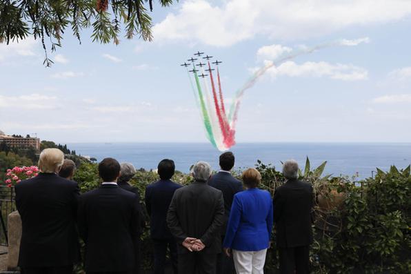Participantes do G7 assistem a uma esquadra voadora italiana na Cimeira dos Chefes de Estado e de Governo do G7, em Taormina, na Sicília. Foto: AFP PHOTO / POOL / JONATHAN ERNST. -