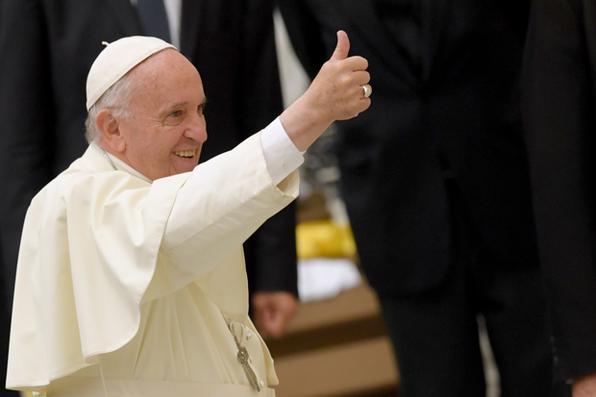 O Papa Francisco dá uma audiência a crianças de escolas intermediárias em toda a Itália pertencentes ao ''Cavalieri'', um grupo para jovens que promove a vida cristã  na sala de audiência Paul VI no Vaticano. Foto: AFP PHOTO / Andreas SOLARO. -