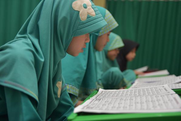 Estudantes indonésios lêem o Alcorão em uma mesquita em Jacarta. Foto: AFP PHOTO / ADEK BERRY -