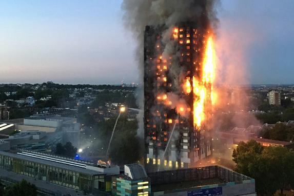 FOTOS DO DIA ( Incêndio  destrói um edifício residencial de 24 andares em Londres, na madrugada desta quarta-feira, matou seis pessoas e fez 74 feridos,  além de vários desaparecidos. Foto: AFP PHOTO / Natalie Oxford )