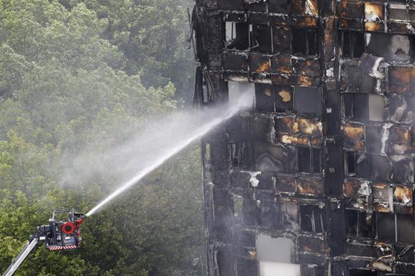 Bombeiros procuraram corpos hoje na Grenfell Tower de Londres destruída por um incêndio que já deixou 12 mortos. Foto: AFP FOTO / Tolga AKMEN. -