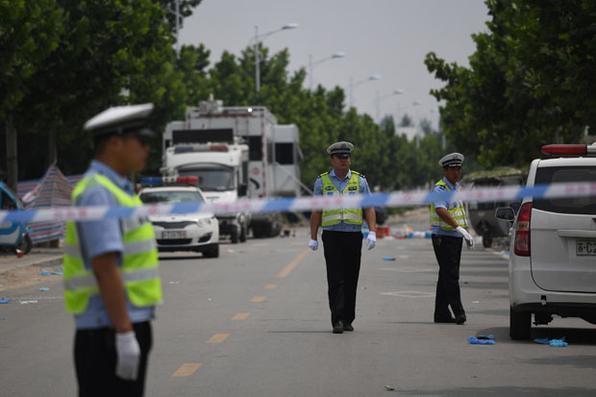 Os policiais investigam explosão num jardim de infância que matou 8 pessoas e dezenas ficaram feridas, em Fengxian, na província oriental de Jiangsu. AFP PHOTO / GREG BAKER - AFP PHOTO / GREG BAKER