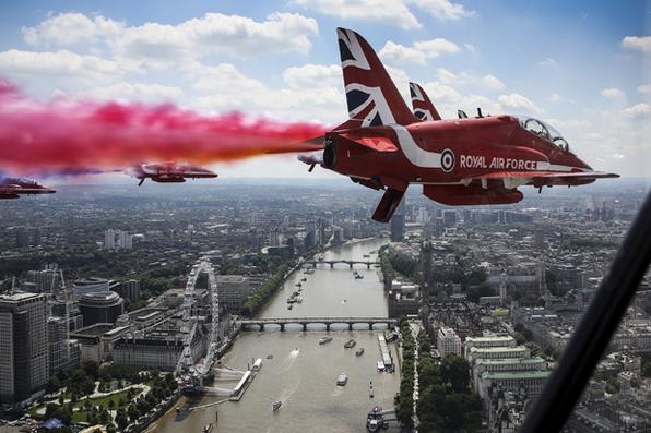 Equipe da Aerobatic  Royal Air Force voa em  sobre o rio Tamisa e o London Eye no caminho para o Palácio de Buckingham, em Londres. Foto:AFP PHOTO / MOD / CROWN COPYRIGHT 2017  -