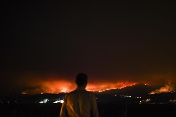 FOTOS DO DIA (Portugal decreta três dias de luto nacional a partir deste domingo para homenagear as vítimas do pior incêndio florestal de sua história, deixando  62 mortos e mais de 50 feridos. Foto: AFP PHOTO / Patricia De Melo MOREIRA)