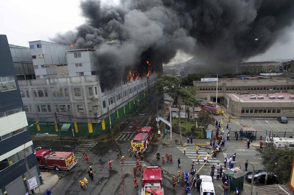 Bombeiros lutam  contra um incêndio que queimou durante a madrugada  em um centro de compras de ferragens perto do centro de Lima, Peru.  Foto:  AFP PHOTO / ANDINA / Luis Iparraguirre -
