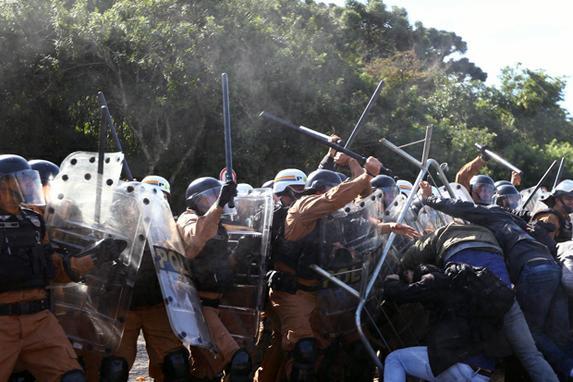 FOTOS DO DIA (Manifestantes entram em confronto com a PM durante votação de ajuste fiscal na Câmara de Curitiba. Foto: Franklin Freitas/Bem Paraná/FotosPúblicas.)