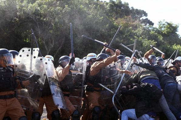 Manifestantes entram em confronto com a PM durante votação de ajuste fiscal na Câmara de Curitiba. Foto: Franklin Freitas/Bem Paraná/FotosPúblicas. -