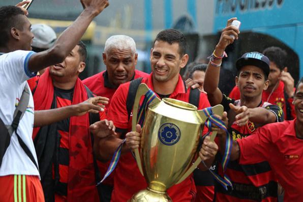 Sport retorna ao Recife com taça de campeão Pernambucano 2017, o clube acumula 41 taças estaduais. Foto: Anderson Freire / Sport Club do Recife. -