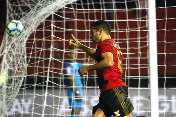 Meia atacante Diego Souza do Sport Recife após marcar o gol da vitória sobre o Atlético-PR, pelo campeonato brasileiro série A. Foto: Peu Ricardo/DP. -