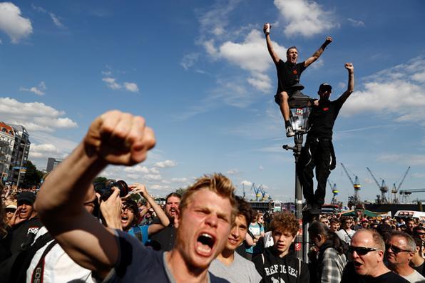 Manifestantes ouvem música ao vivo durante a manifestação ''Bem-vindo ao Inferno'' contra a cúpula do G20 em Hamburgo, no norte da Alemanha. Foto:  AFP PHOTO / Odds ANDERSEN -