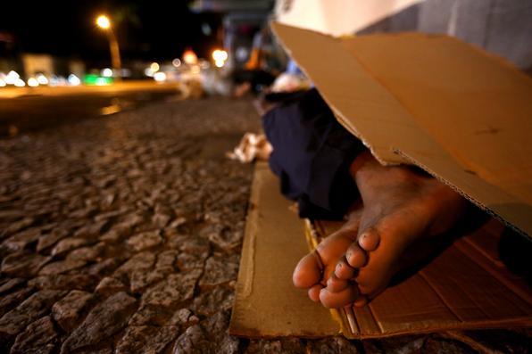 Moradores de rua do Recife sofrem ainda mais com as temperaturas  baixas registradas em julho. Segundo especialistas, a sensação térmica diminui em dois  graus nas calçadas  por conta da maior exposição dessas pessoas  aos ventos.  Foto: Teresa Maia/DP -