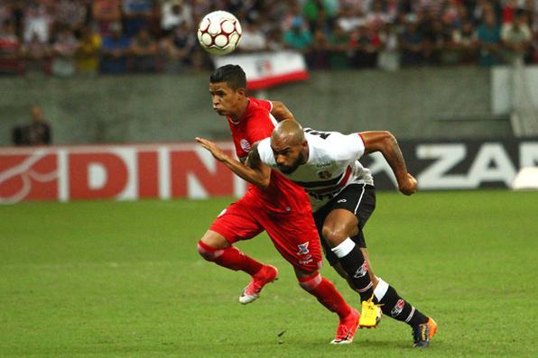 Lance do Clássico das Emoções, entre Náutico x Santa Cruz, na Arena Pernambuco. Foto: Peu Ricardo/ Diario de Pernambuco.  -
