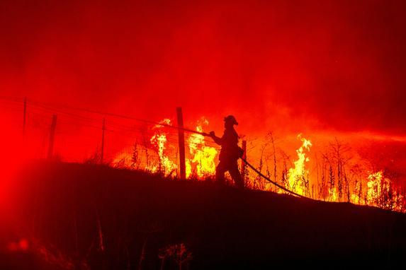 FOTOS DO DIA (Incêndio destrói mais de 26 quilômetros quadrados  de floresta na Califória. Foto:  AFP PHOTO / JOSH EDELSON)
