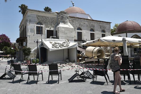 Destroços de um prédio parcialmente destruído por um terremoto na ilha grega de Kos. Foto: AFP PHOTO / LOUISA GOULIAMAKI. -