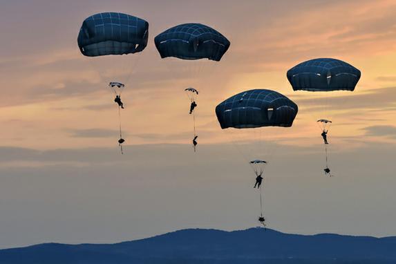 FOTOS DO DIA (Paraquedistas realizam treinamento de entrada durante o Exercício Saber Guardian 17 sobre a Base Aérea de Bezmer, na Bulgária. O exercício prepara soldados para operações de apreensão de aeródromos. Foto da Força Aérea pelo Tech. Sargento. Liliana Moreno/Fotos Públicas)