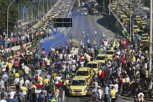Taxistas saem em carreata de vários bairros do município em direção à sede da prefeitura do Rio de Janeiro, na Cidade Nova. Eles exigem mais fiscalização contra motoristas que usam o Uber. Os motoristas de táxi se envolveram em conflitos com condutores do aplicativo e  atiraram ovos em taxistas que não aderirem à manifestação. Foto: LUCIANO BELFORD/AGIF/ESTADÃO CONTEÚDO -