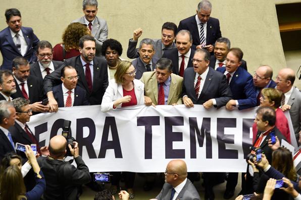 Parlamentares da oposição protestam contra o presidente Michel Temer na sessão plenária da Câmara dos Deputados em Brasília. Foto:  AFP PHOTO / EVARISTO SA -