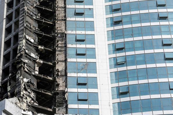 Moradores de uma das torres mais altas de Dubai foram retirados do edifício nesta sexta-feira depois que um incêndio tomou o arranha-céu conhecido como ''The Torch'' (A Tocha). A torre, que já foi o maior edifício residencial do mundo, foi cenário de outro incêndio de grande proporções em 2015, que causou danos extensivos aos apartamentos de luxo e desencadeou uma evacuação de edifícios próximos no bairro de Marina.  Foto: AFP PHOTO / KARIM SAHIB -