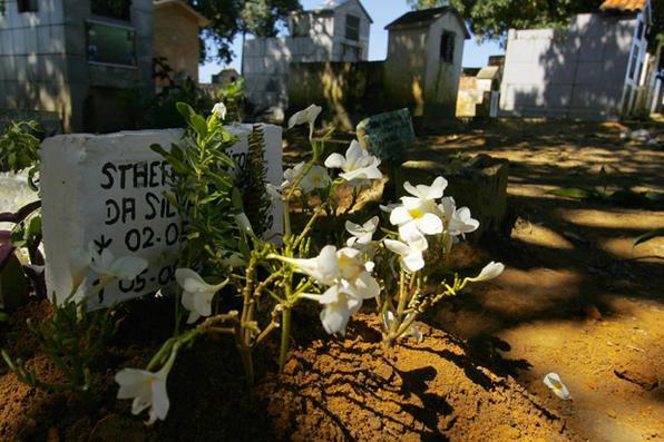 Menina de 2 anos que morreu durante  troca de tiros entre polícia e traficantes no Alto do Urubu, no  Ibura, é enterrada no Cemitério da Muribeca. Foto: Shilton Araújo /Esp.DP  -