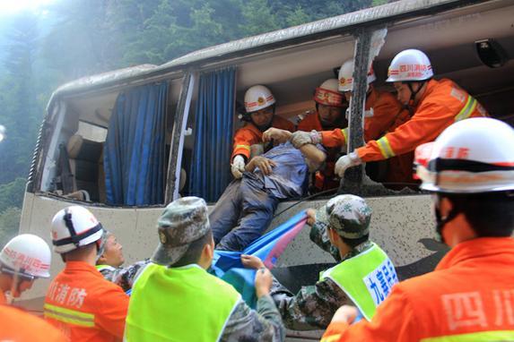 FOTOS DO DIA (A polícia chinesa resgata  vítima de um ônibus turístico destruído em Jiuzhaigou, na província sudoeste da Sichuan, após terremoto de 6,5 magnitude. Foto: AFP PHOTO / STR / China OUT)