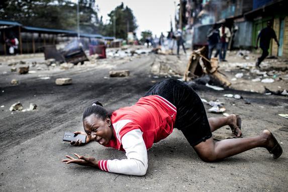 FOTOS DO DIA (Clima de tensão durante protesto dos partidários do candidato presidencial da Super-Aliança Nacional  em Mathare Slum,  Nairobi. Quenianos estão na expectativa pelo resultado da eleição presidencial.  Foto:  AFP PHOTO / LUIS TATO)